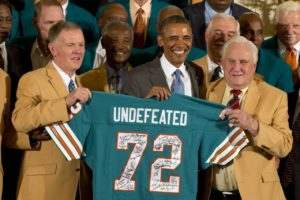 Don Shula stand with President Obama along with the 1972 undefeated Miami Dolphins team